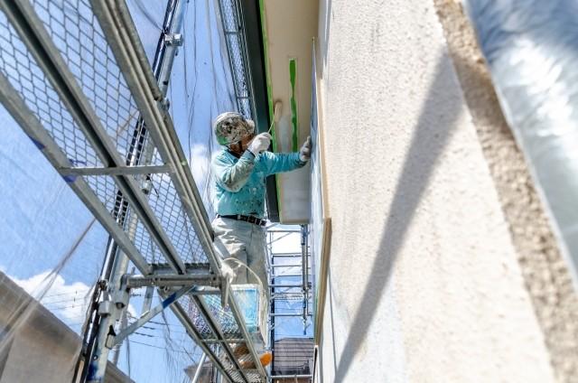 外壁塗装業者の様子