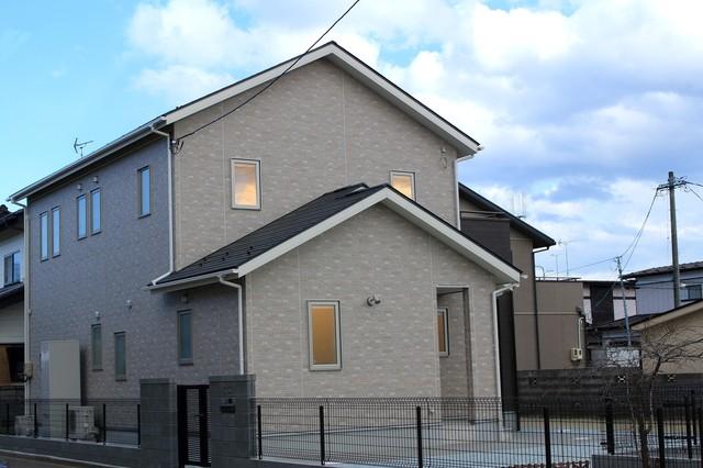 グレーの戸建て住宅