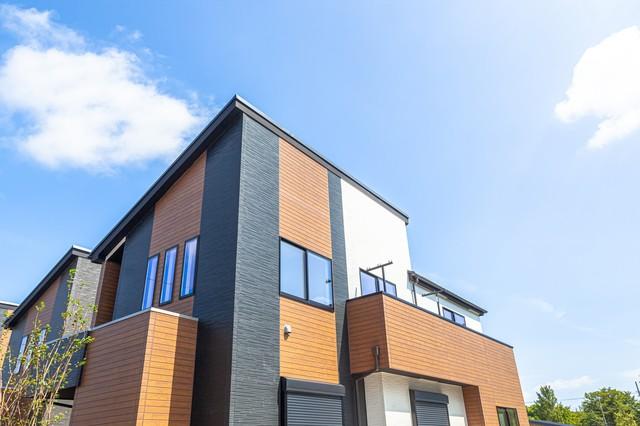反対色と組み合わせた戸建て住宅