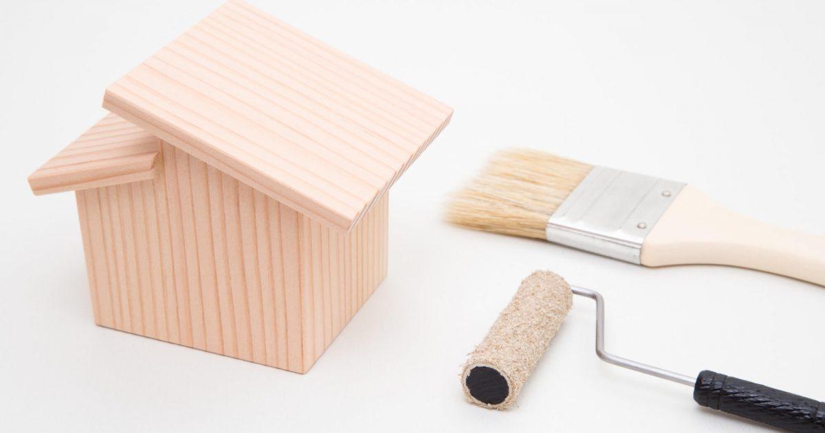家の模型と塗装工具