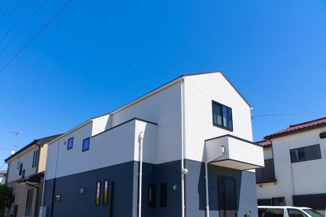 ホワイトとブルーの戸建て住宅