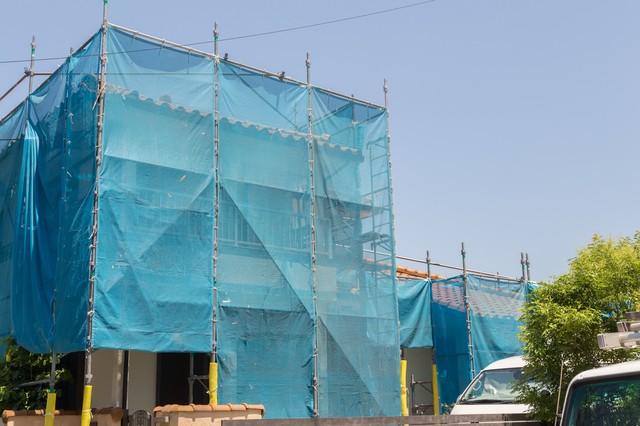 塗装工事をしている戸建て住宅