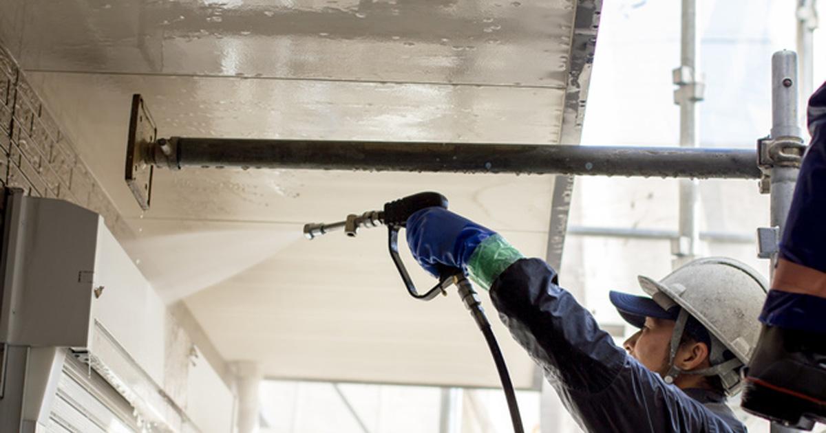 外壁塗装工事をしている職人