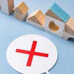 住宅の模型とNG札